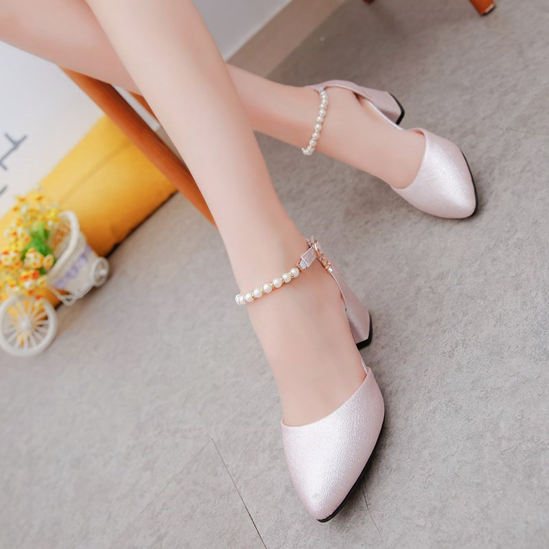 Spring and summer 2019 new Korean patent leather bow middle heel Baotou sandals womens round head thick heel single.