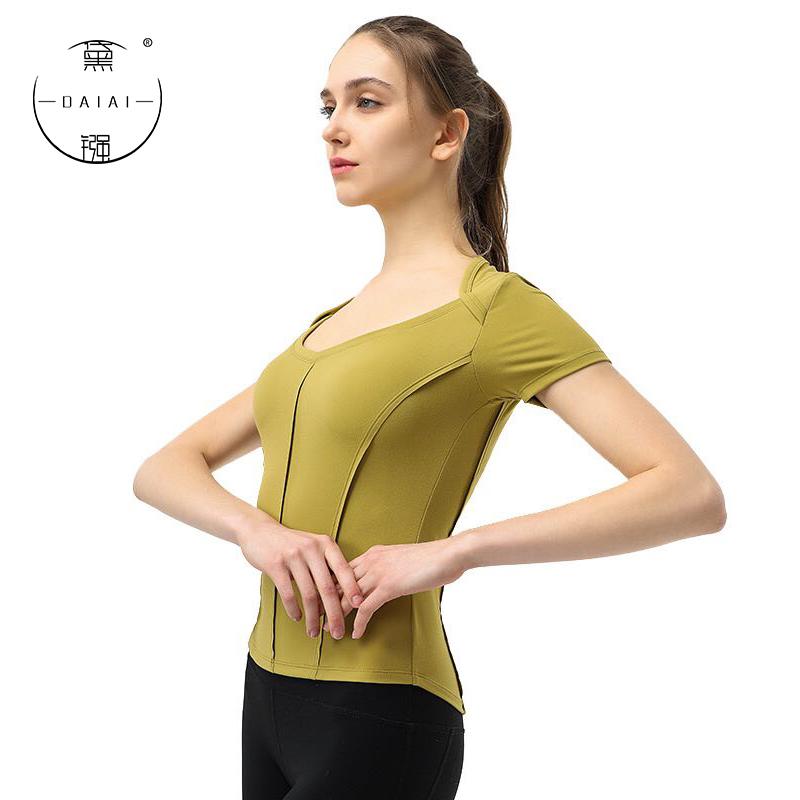 運動服の女性フィットネス初心者のヨガ服の上着はぴったりしていて、痩せて美しい背のヨガ服の女性はセクシーでファッション的です。