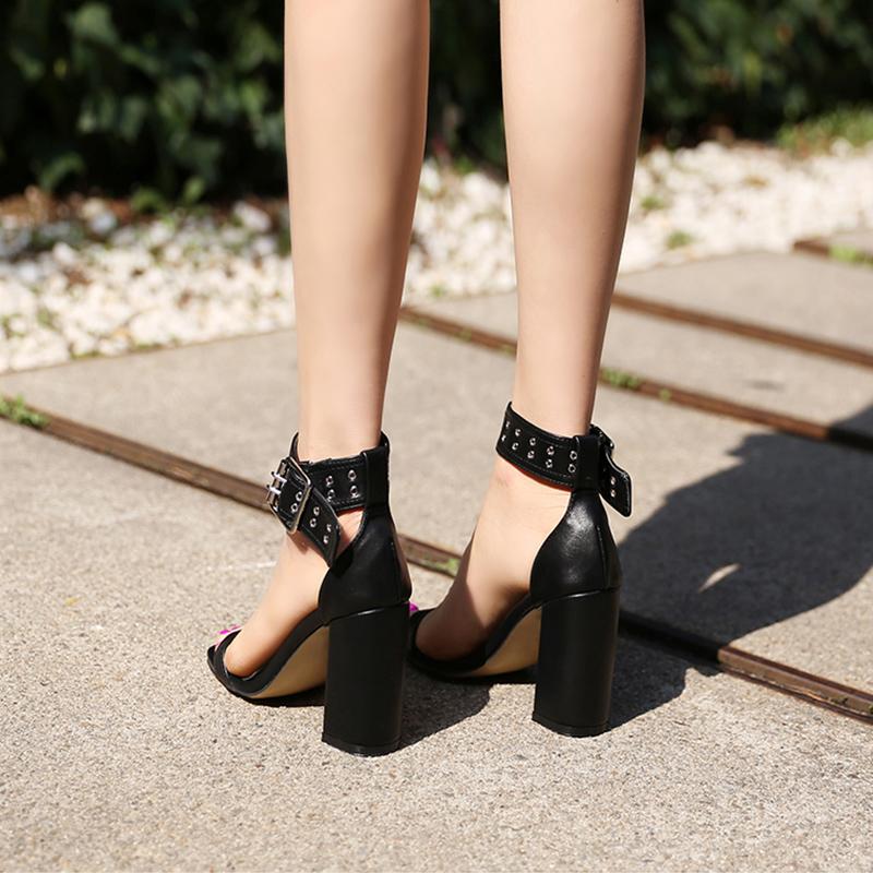 一字扣带粗跟凉鞋女夏2020新款韩版铆钉百搭露趾仙女风黑色高跟鞋