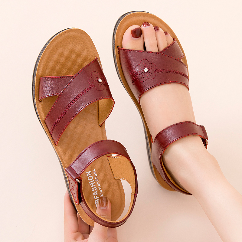 夏季妈妈鞋真皮凉鞋女中老年人平跟软底舒适大码老人平底奶奶皮鞋