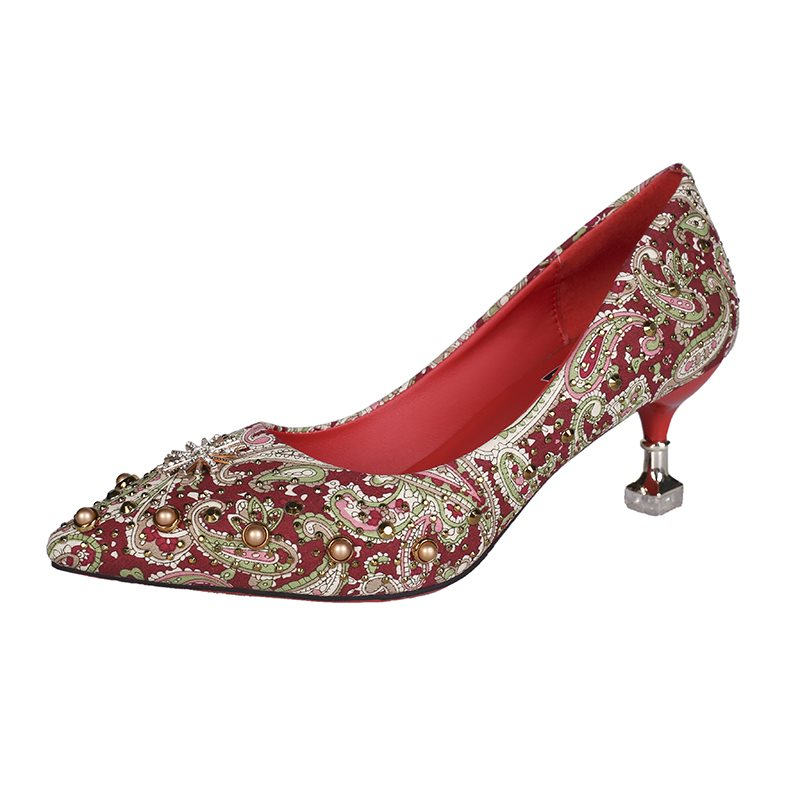 Red new wedding dress, wo high heels, pointed wedding heels, Chinese bridal shoes, fine shoes, embroidery. Married 2020 female