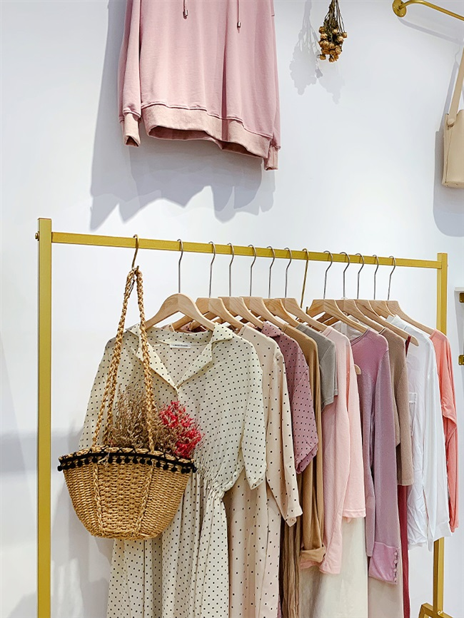 Complete sets of clothing furniture, wall hanging clothes hanger on the display rack of clothing store, simple womens clothing store display rack gold.