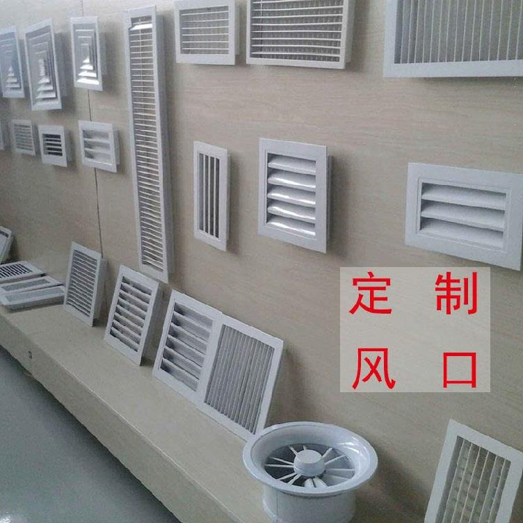 外壁の中央エアコンの吹き出し口のふた板の室内の百葉の窓は入り口を出て単に2階の葉っぱの通風口を飾ります。