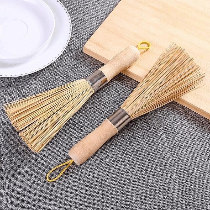 洗った鍋のたわしで鍋を掃き、たわしを掃く飯師のたわしブラシを使い、竹を使って神用竹を作る。