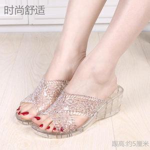 夏季一体托鞋防滑软底时尚坡跟浴室熟胶水晶凉拖鞋女士中跟沙滩鞋