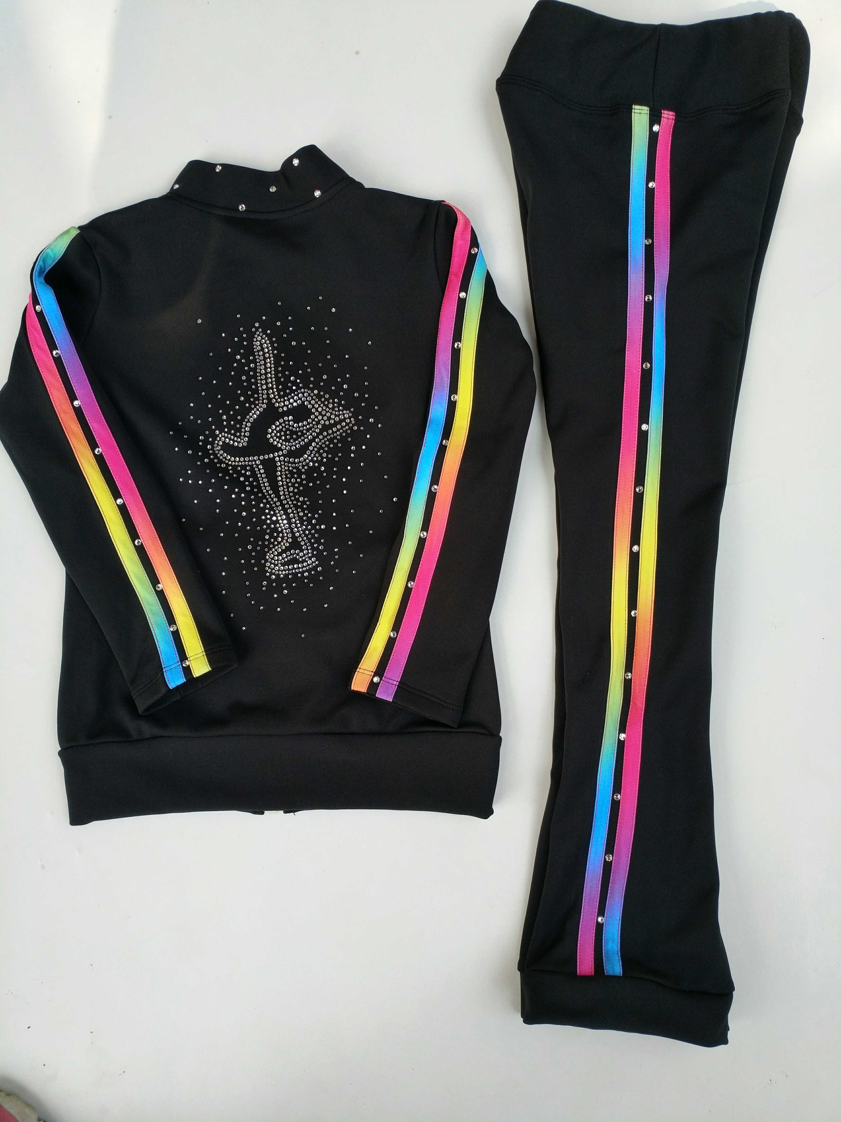 新型のフィギュアスケートのスーツの服はドリルの訓練服のスーツの子供の出演服を予約して人のズボンを作ります。