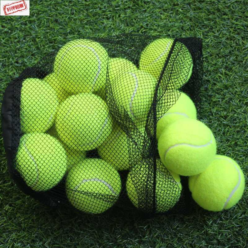 一个人打网球老人锻炼带绳训练器室内回弹单人带线训练练习室内。
