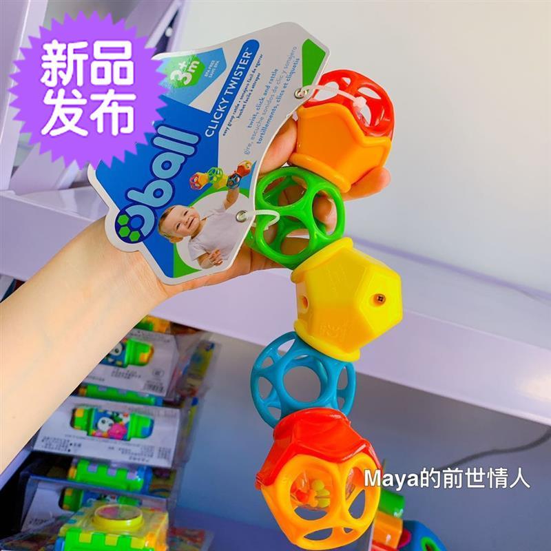 赤ちゃんは手で捻りボールy奥波軟胶洞をつかんでボールを回します。