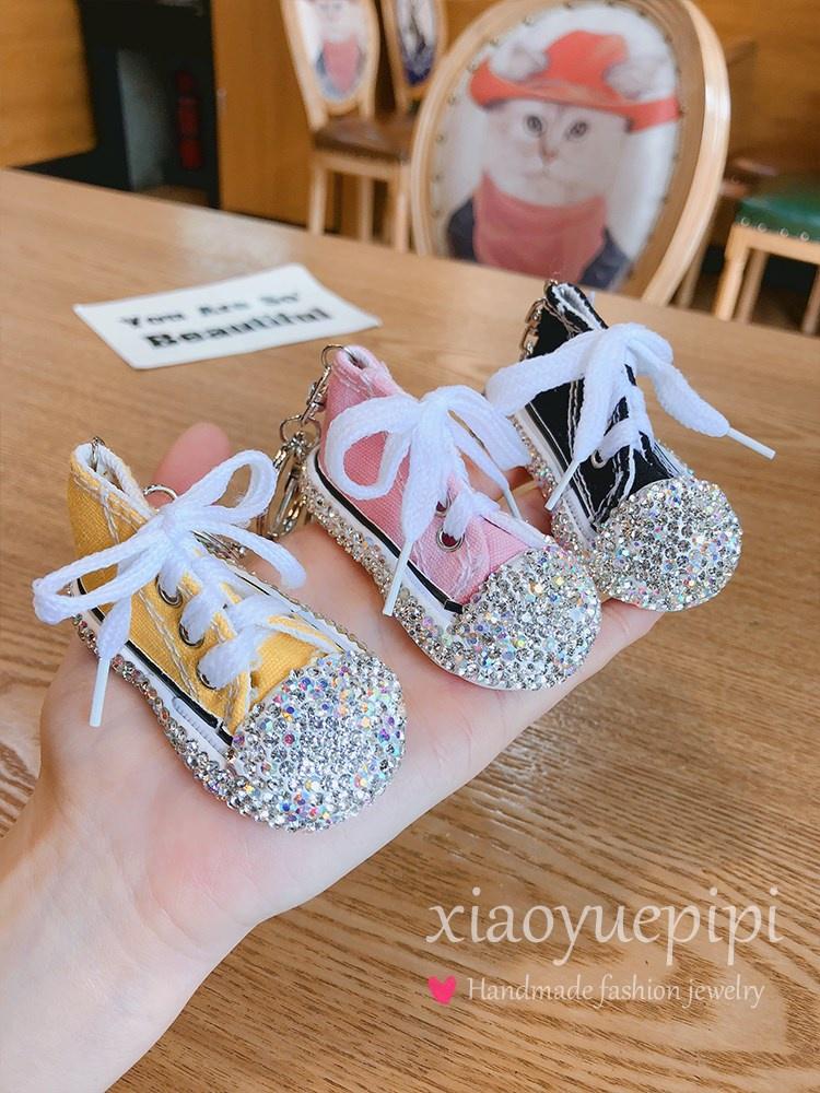 。創意ダイヤモンドのスニーカーの鍵は少女の心の自動車のキーホルダーの韓国の個性のバッグのペンダントを掛けます。