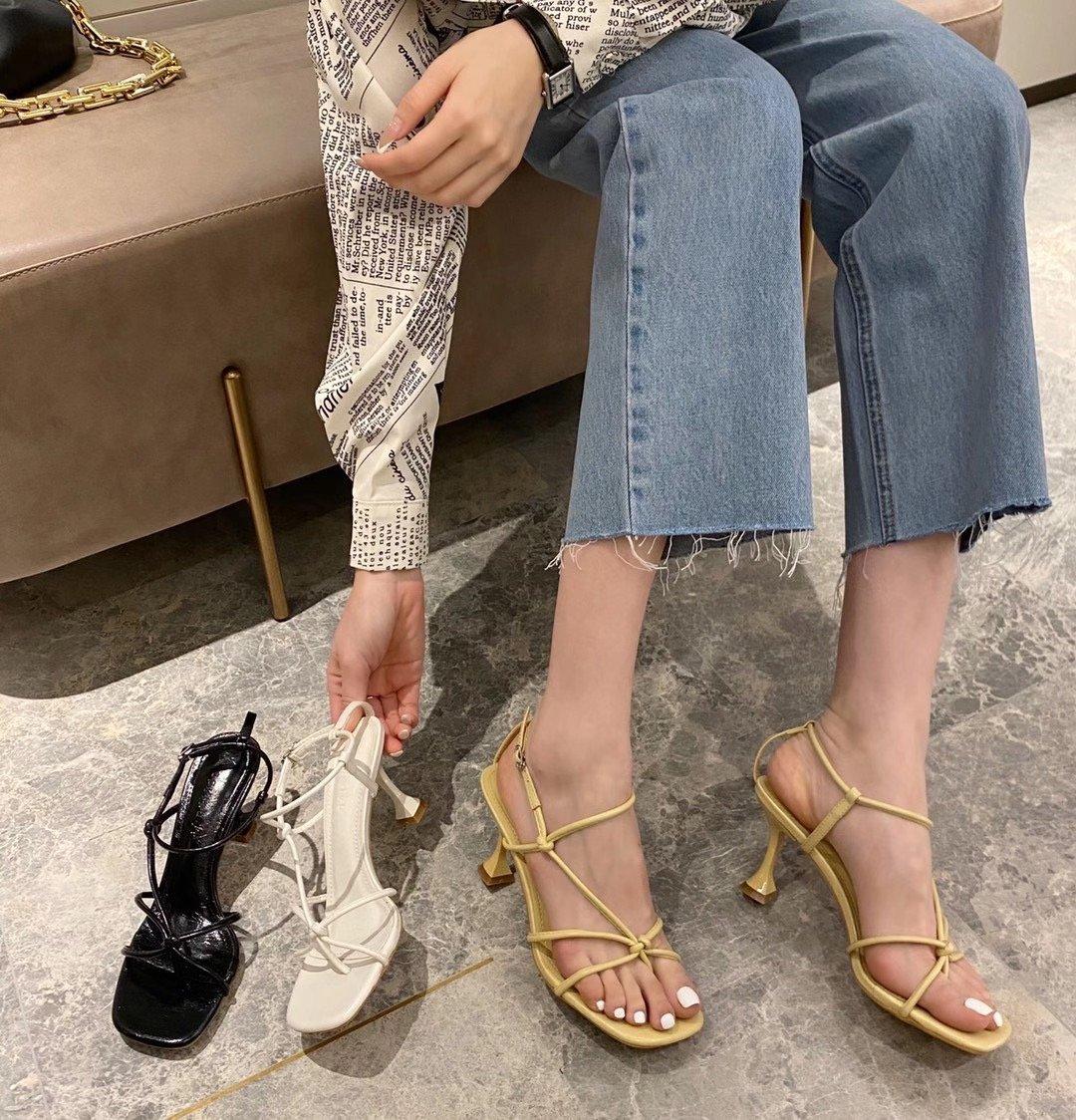 2021夏季新款一字扣带罗马凉鞋女方头细带露趾细跟中跟猫跟高跟鞋