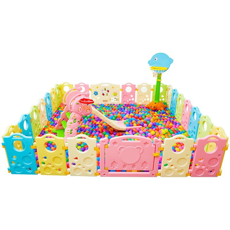 おもちゃのおじさんの組み合わせの滑り台のガードレールを敷いて、太陽は柵の子供の隔離のフェンスに登ります。