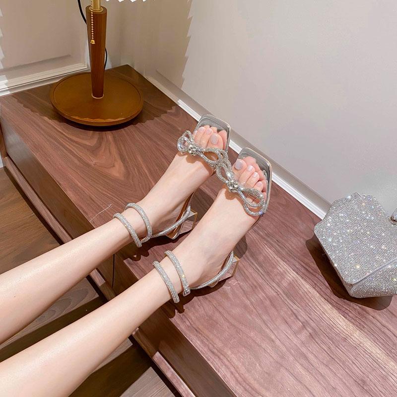 2021年新款夏季水钻一字带方头粗跟凉鞋女蝴蝶结高跟鞋露趾水晶鞋