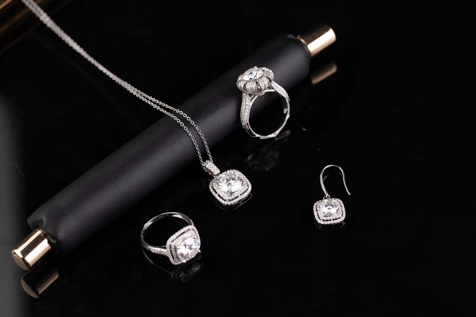 Genuine silver jewelry mosang Diamond Ring Necklace Earrings 925 Sterling Silver ferry 18 K gold living bag with postal Belt Certificate