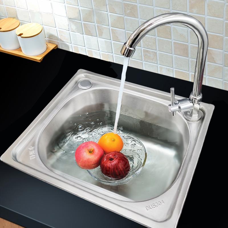 台所は厚いステンレスの水槽をプラスして野菜のたらいを洗って食器を洗います。