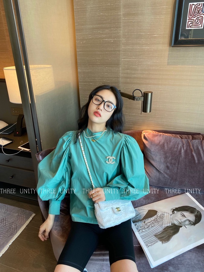 Spring 2020 new Korean version sweet temperament foreign style Lantern Sleeve Top Womens loose and small crowd design shirt