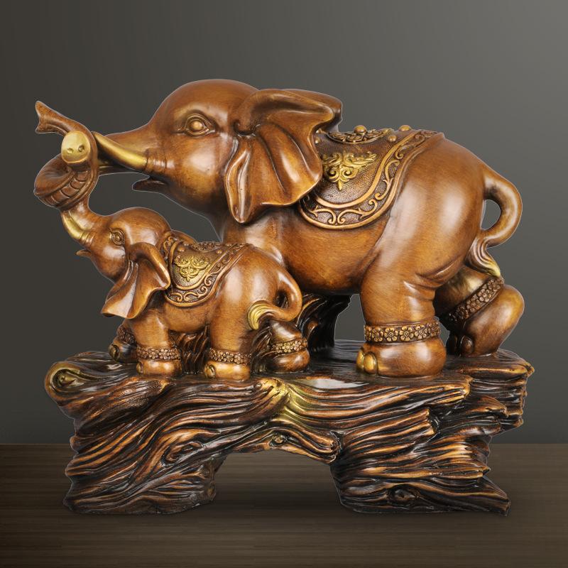 簡単に家のリビングルームのテレビキャビネットを飾り付けます。象が二人並んでいます。