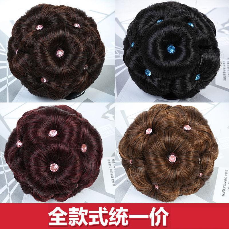 かつらの髪包みの女性ははさむ式の渦巻きのつぼみの9つの花があります。