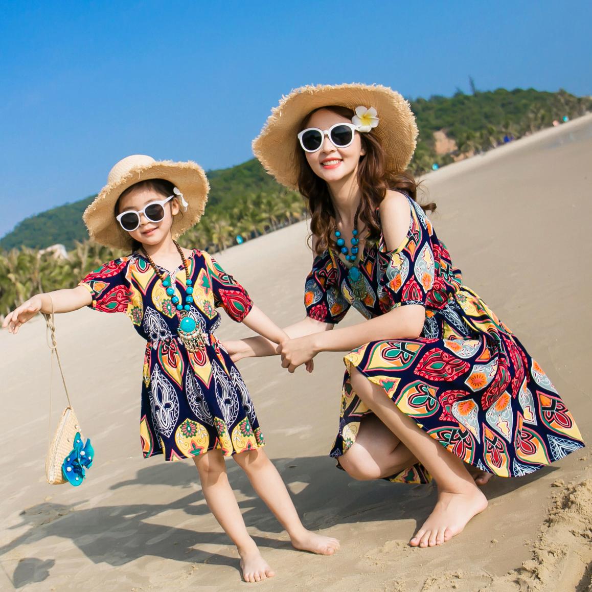 Мать и дочь наряд детской одежды песчаный пляж юбка платье семья из троих семья летний костюм установите приморский семья девочки ребенок