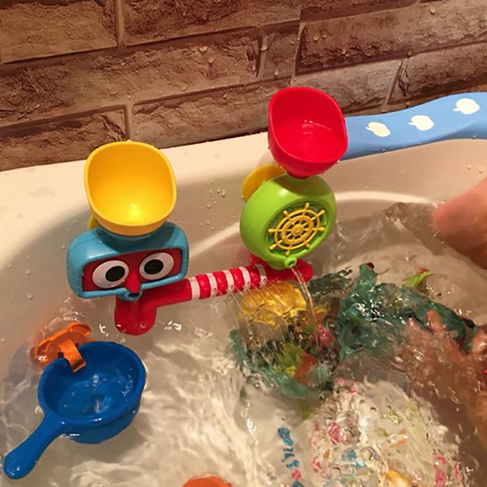 Ребенок купаться игрушка поворот поворот музыка ребенок ребенок играть вода кран вода головка душа мальчик девушка ванная комната купание