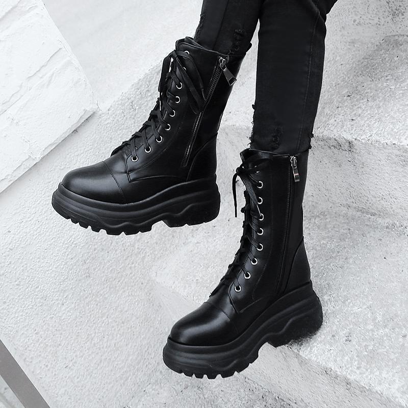 秋冬の新しい厚底のビスケットと短いブーツの女性靴のイギリス風のチェーンはマーティンの靴の機関車の中でブーツの女性靴を持ちます。