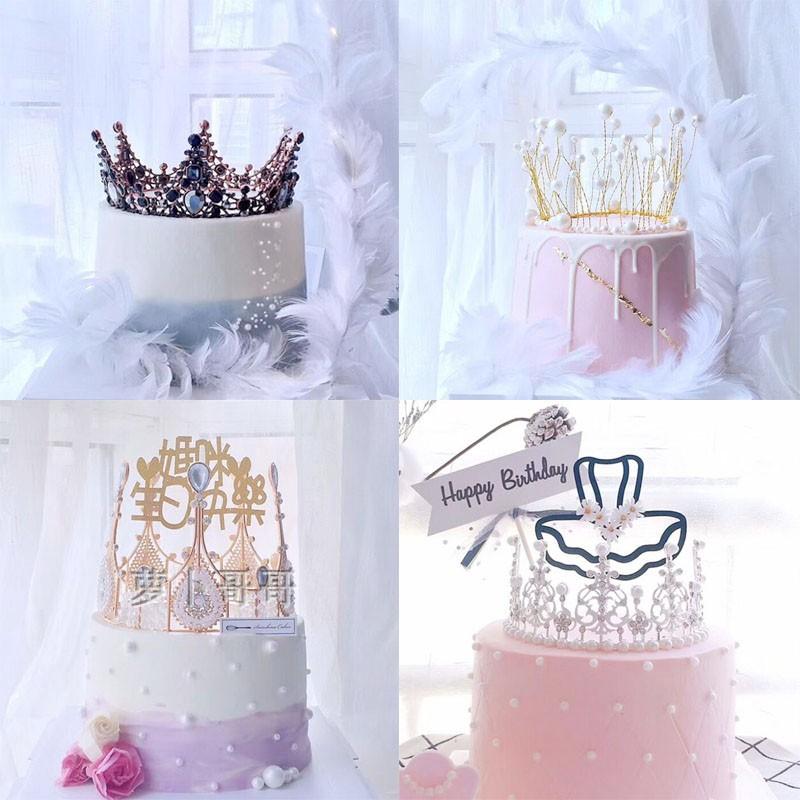 クラウンケーキは女王クラウンの子供の王女の首飾りネットを飾ります。赤い置物babyと同じ真珠のクラウンです。