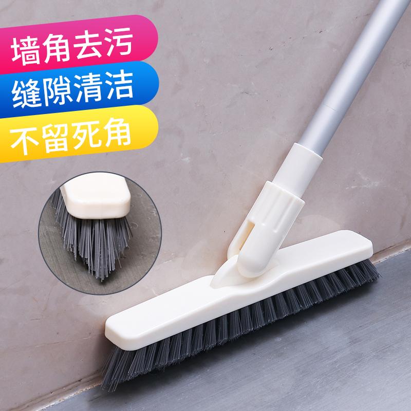 家の浴室の台所を長柄で堅くブラシを使い、多機能の隙間で床をこすります。