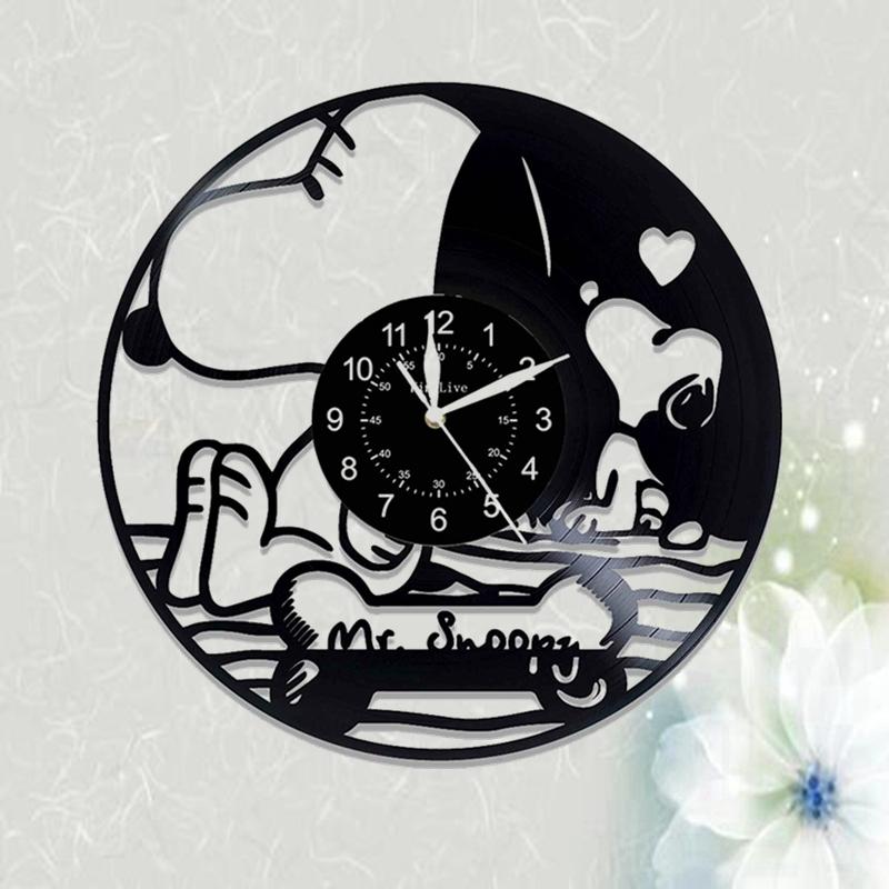 子供の部屋を飾る漫画時計芸術の透かし彫りの創意現代簡単な壁に黒いゴムのレコードの掛け時計を並べます。