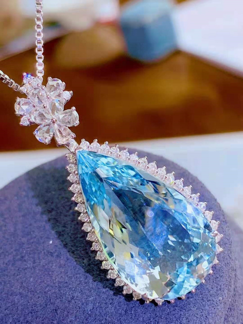 18K gold diamond inlaid with water drop Aquamarine pendant main stone 18.9 carats, bright and clean