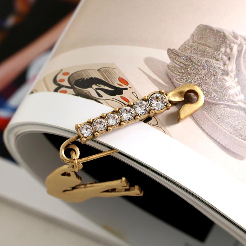 闪亮宝石做旧镶钻高跟鞋的女人款胸针