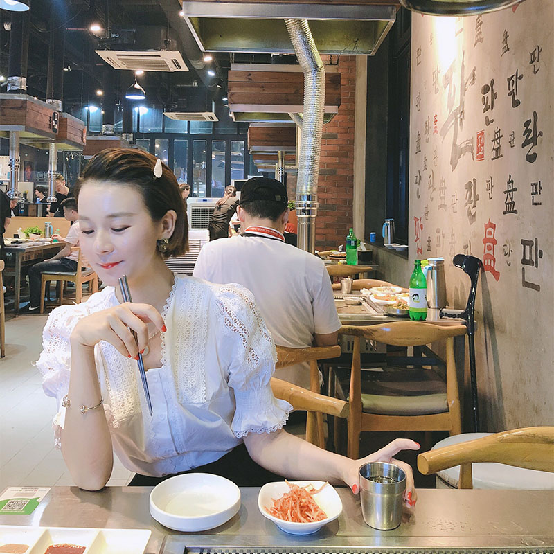 The new womens hollow out Lace Ruffle court style middle sleeve doll shirt and white shirt in South Korea in summer 2020