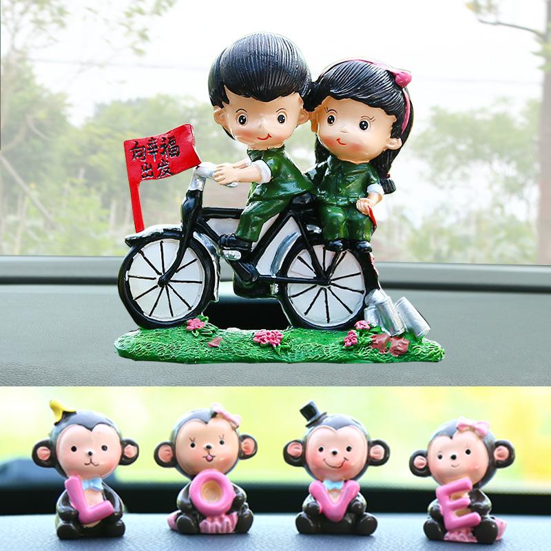 新しい車の置物が車載で可愛いキャラクター猿カップルが作った車内装飾自転車の置物です。