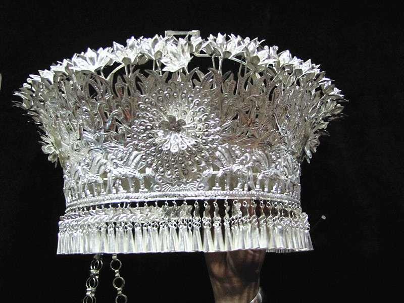 Меньше количество народ серебро украшения шляпа финикс корона серебряные изделия круг ожерелье танец производительность одежда рассада гонка головной убор среда серебро крышка