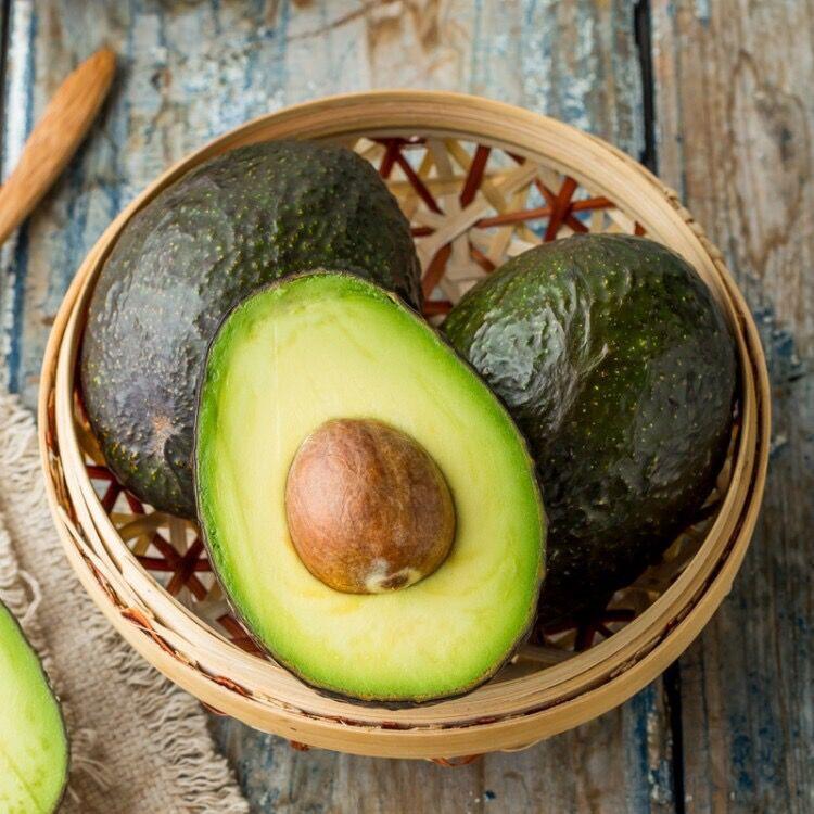 メキシコのアボカド6つのビッグマックとアボカドの赤ちゃんが新鮮な果物を食べています。