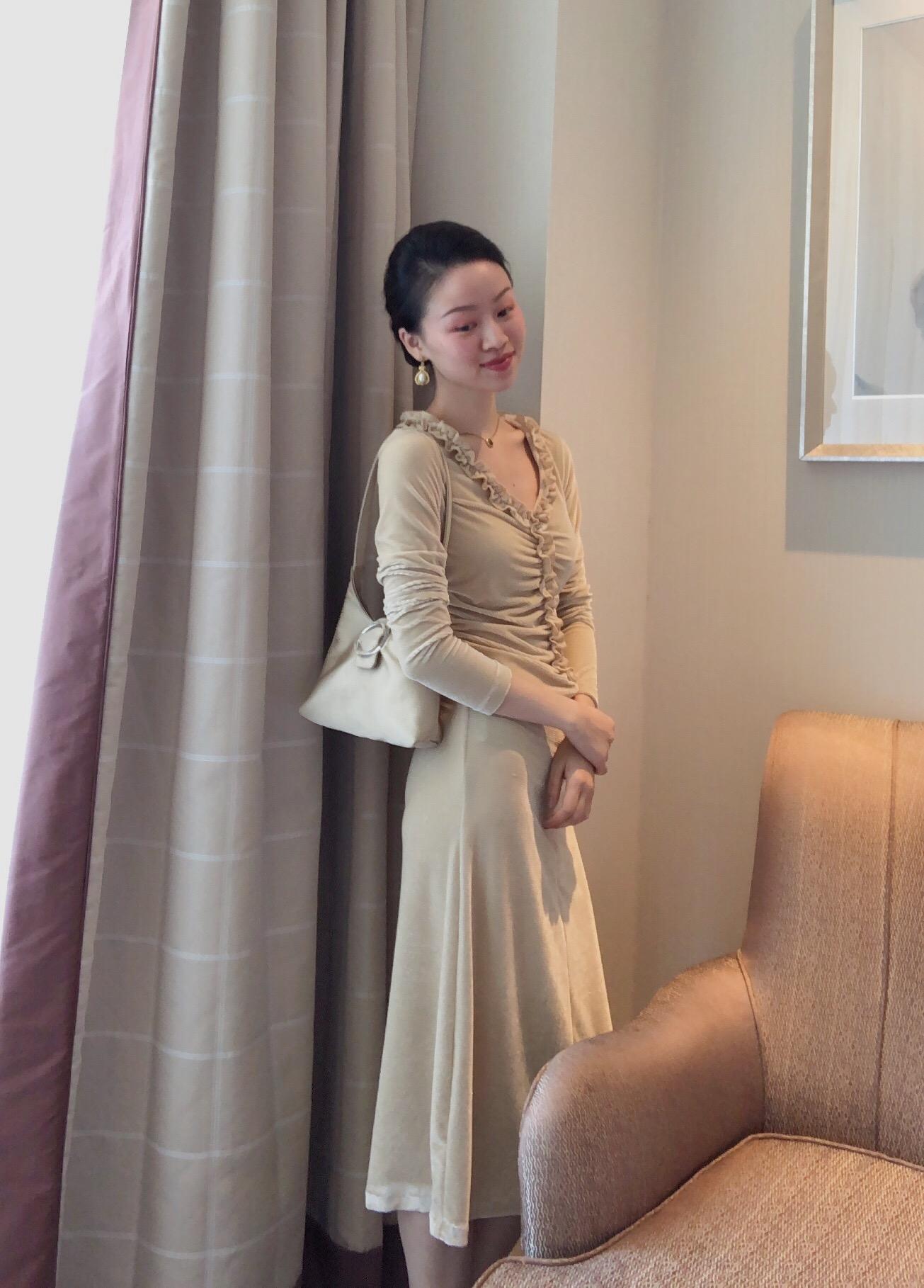 满188.00元可用1元优惠券WangHanYan自制秋季新品V领褶皱花边丝绒连衣裙修身显瘦气质长袖