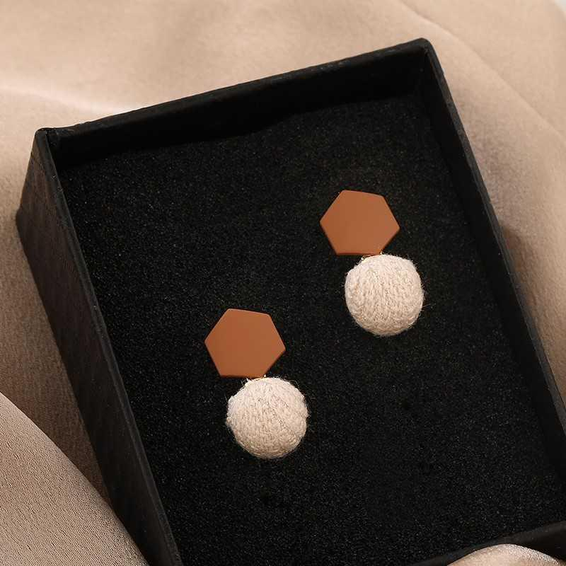 Cute trinkets Earrings special design sense of minority round face suitable Earrings winter autumn and winter temperament