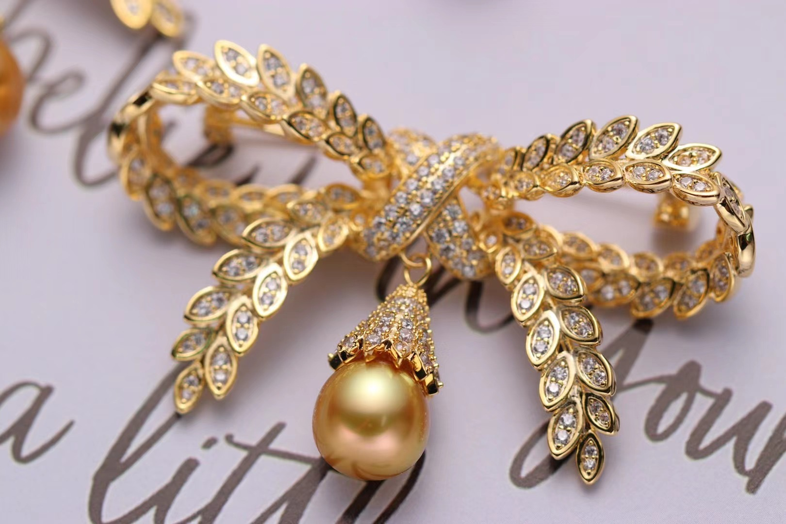 Cuiwei Huizhi wheat bow brooch with Australian white gold beads is elegant and elegant, delicate and vivid
