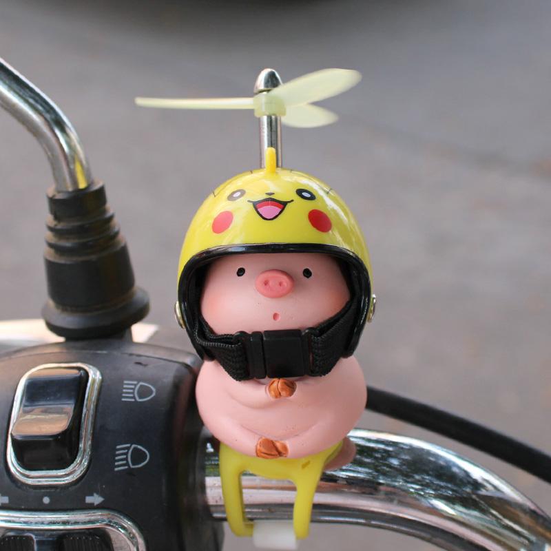 网红小猪车载摆件可爱电动摩托平衡自行车头盔装饰品送男女生礼物