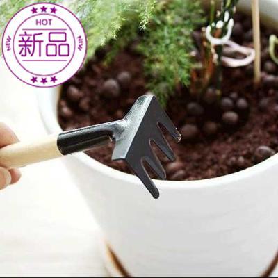 The tools are Komatsu, gardening, plant, flower, flower, three sets of shovel, shovel and little soil.