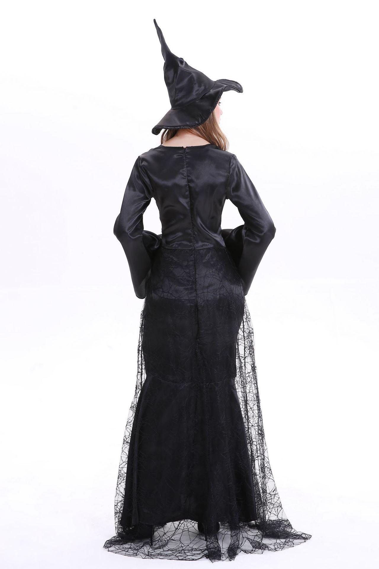 コスプレ魔法使いの舞台キャラクターが、魔女の黒の蜘蛛の巣ハロウィンカーニバルの新作女性を演じます。