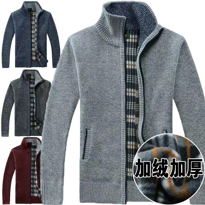 男性の高齢者はカーディガンのセーターの中に高齢者の男性は、男性のメンズの秋のセーターのカーディガンの父と祖父の厚い