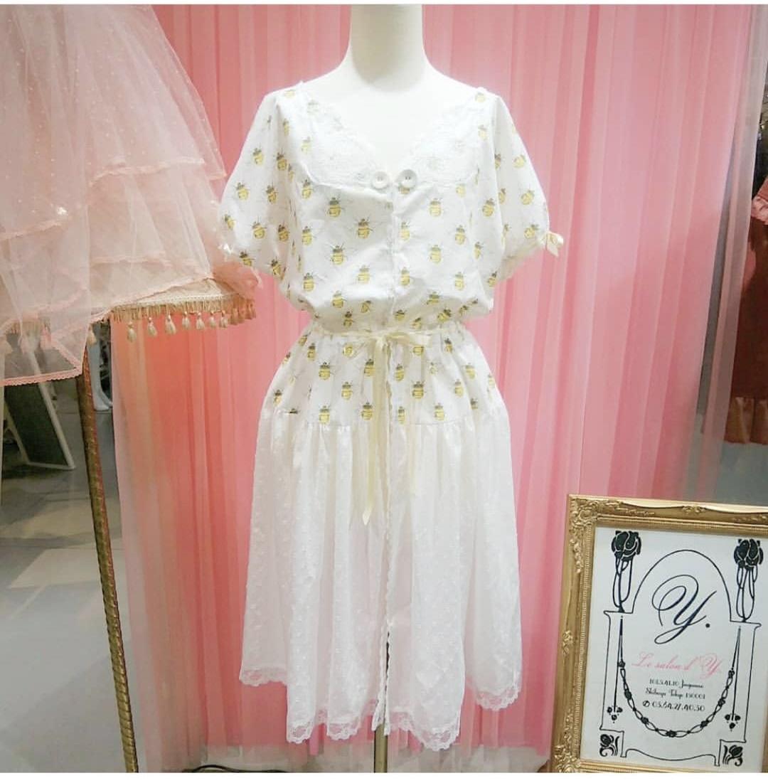 粉色甜心日本直送 lesalondy 6月 蜜蜂图案连衣裙 英国面料