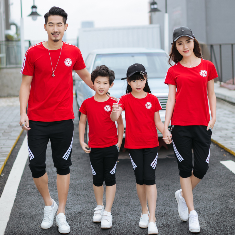 Parents and childrens wear a family suit of four