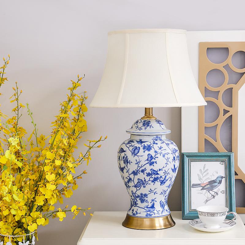 簡単に現代の新しい中国式の全銅の陶磁器の電気スタンドのリビングルームの枕元の明かりの書斎の照明器具の洋式の電気スタンドを予約します。