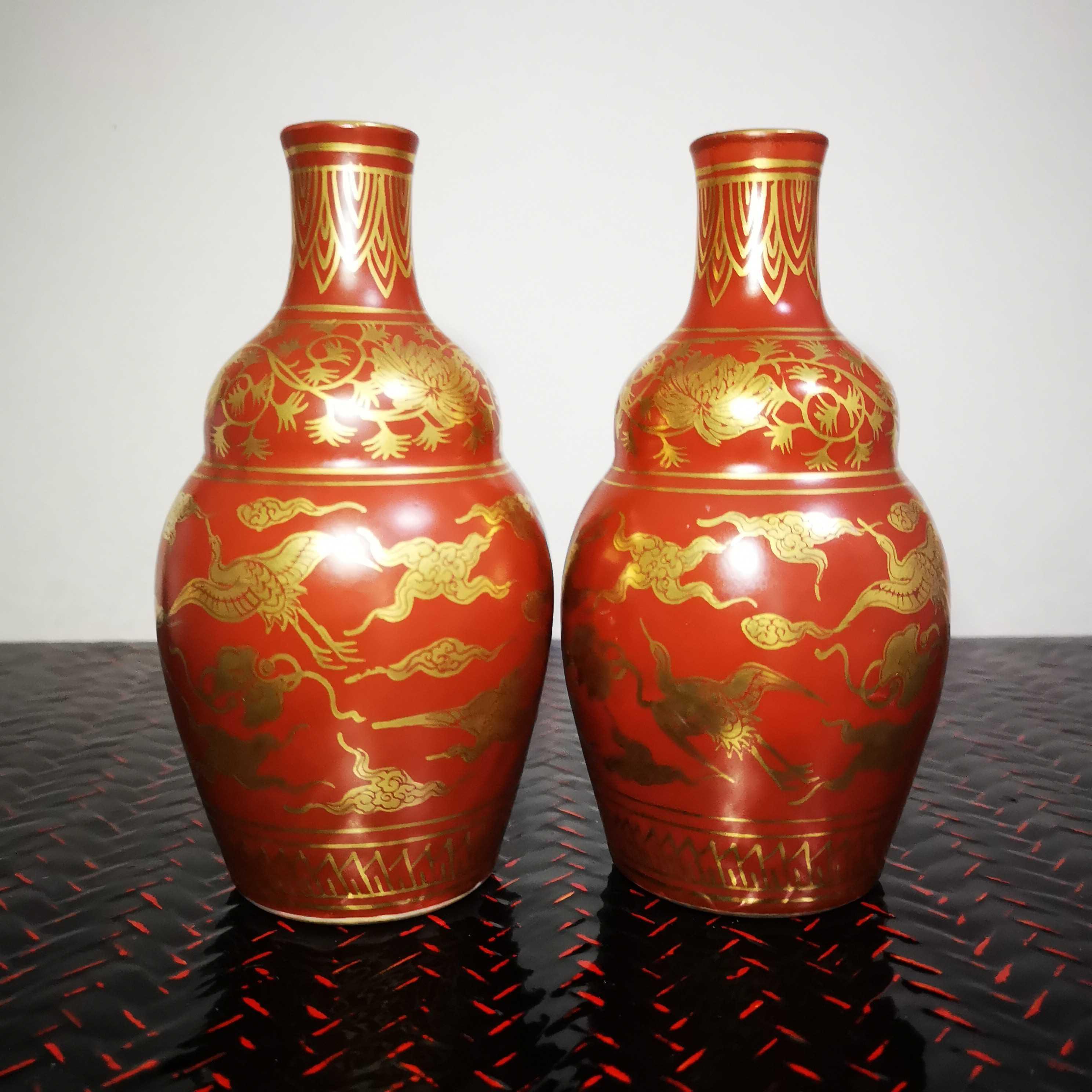 日本九谷永楽大正期の紅釉で描かれた金祥雲鶴の古酒壺のペアが13 cmの特価で郵送されています。