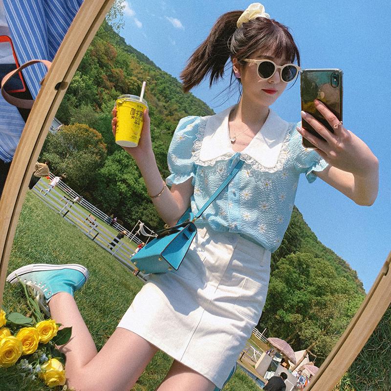 天蓝色韩版清新小雏菊碎花衬衫春夏装2020新款女娃娃领泡泡袖上衣