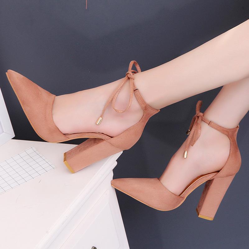 2018新款欧美尖头粗跟绒面脚环绑带女士裸色高跟鞋凉鞋女大码43