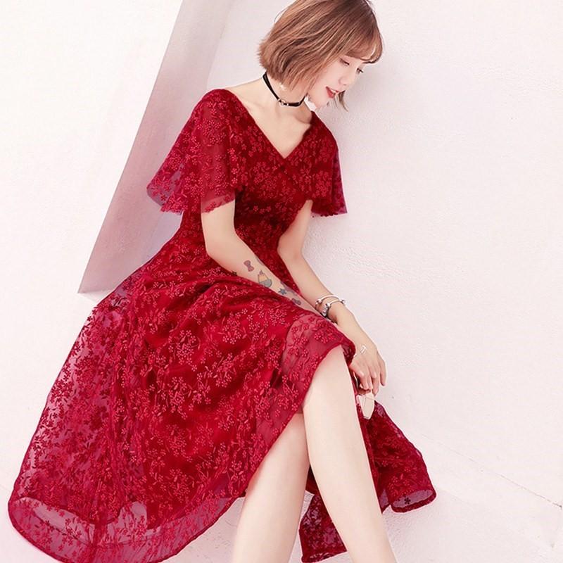 お酒をすすめる服の夏のショートモデル2019結婚式の赤い新式のイブニングドレスの女性の新婦はやせています。