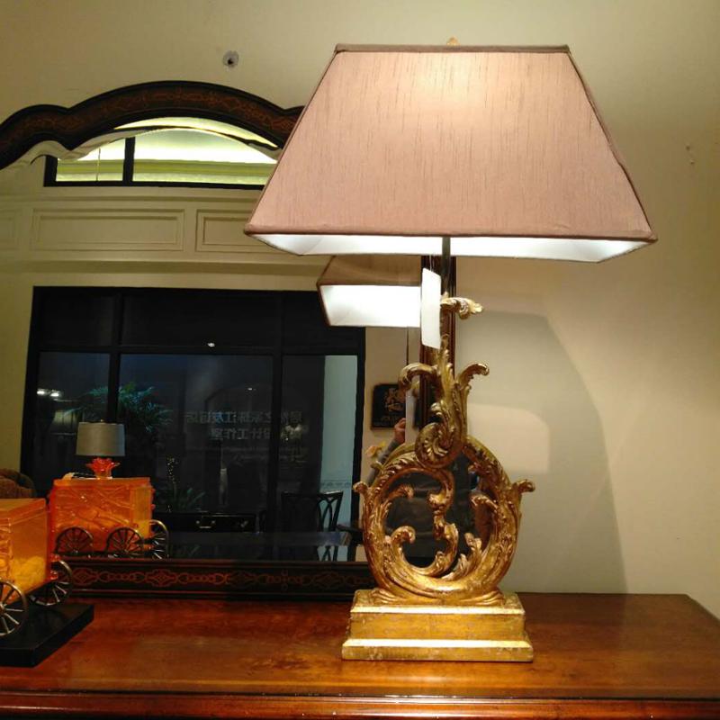 輸入正版の現物を輸入しています。洋式金色の胡桃の木の彫刻用の鏡面手描きの金具がスタンドを飾っています。