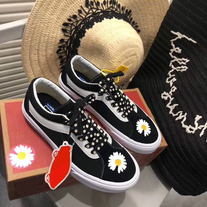 Little Daisy sneakers retro versatile GD flower hand-painted graffiti canvas shoes mens and womens low top board shoes