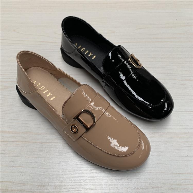 板鞋女2019春款新品真皮漆皮简约金属装饰套脚低帮方跟舒适女单鞋